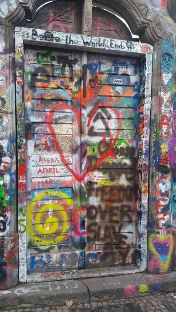 אומנות רחוב וגרפיטי בפראג קיר ג'ון לנון