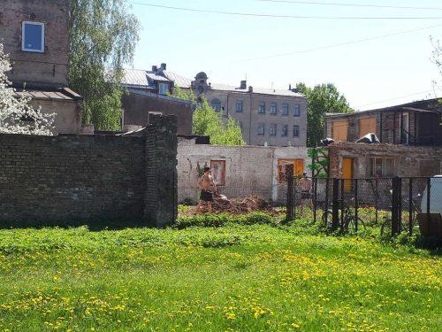 צעירים מקומיים בסיור אלטרנטיבי בריגה