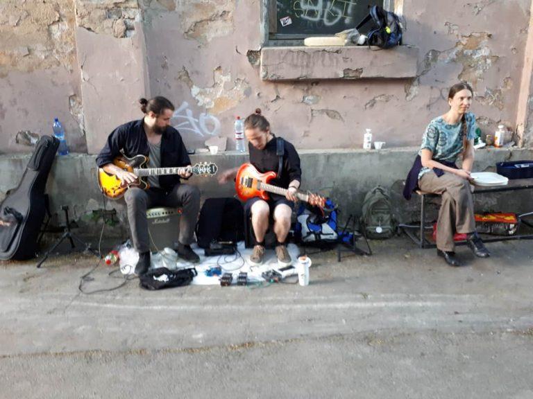צעירים מקומיים בריגה