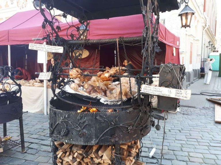 עוף מעושן בפסטיבל בעיר העתיקה בריגה