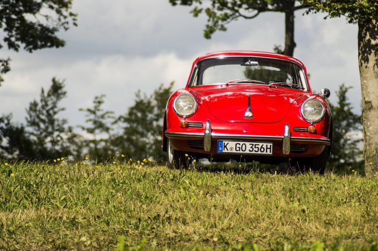 מכונית בשדה