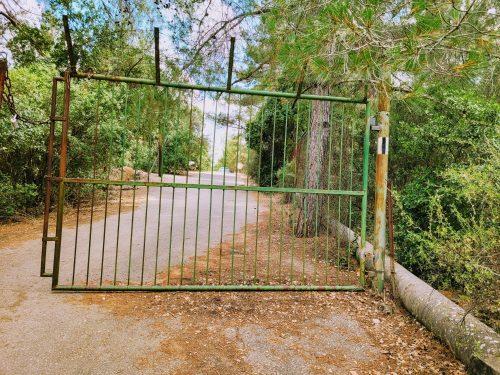 שער כניסה לנחל בצת וקיבוץ אילון