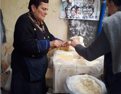 מוכרת גבינה בבטומי גאורגיה